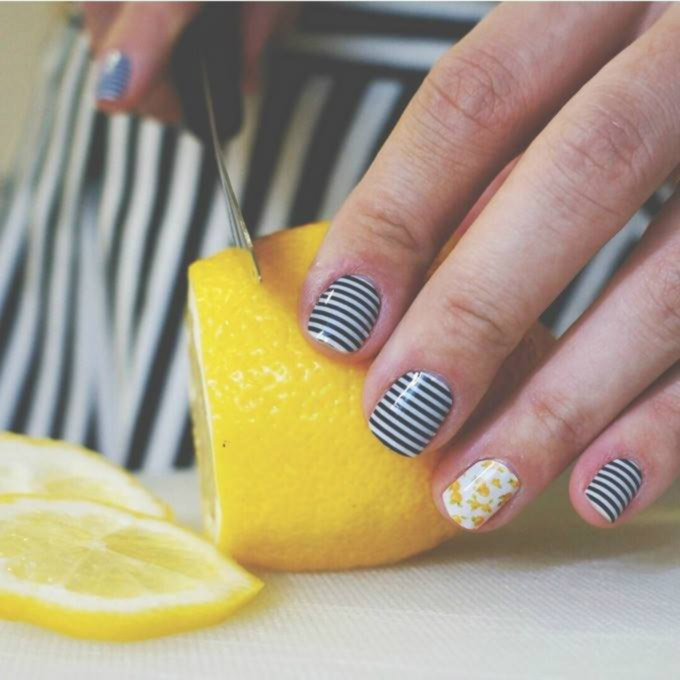 - women fingers, cutting the lemon