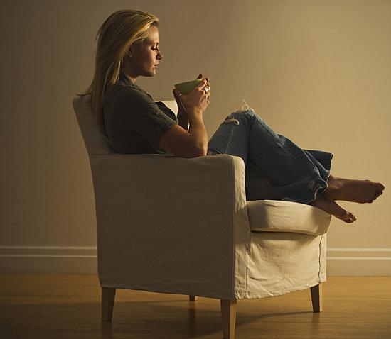 девушка сидит на кресле фото